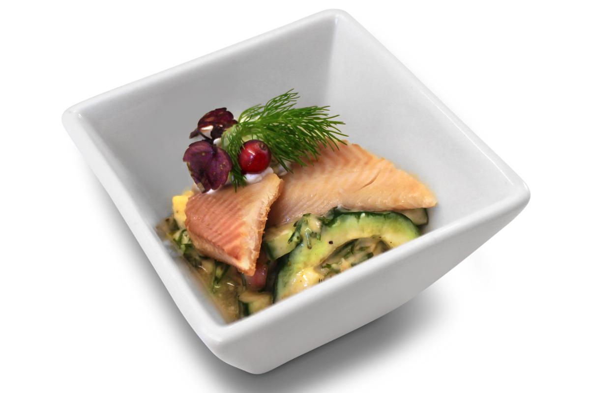 Geräuchertes Forellenfilet mit Apfel-Gurken-Salat / 3,80 € p.St.