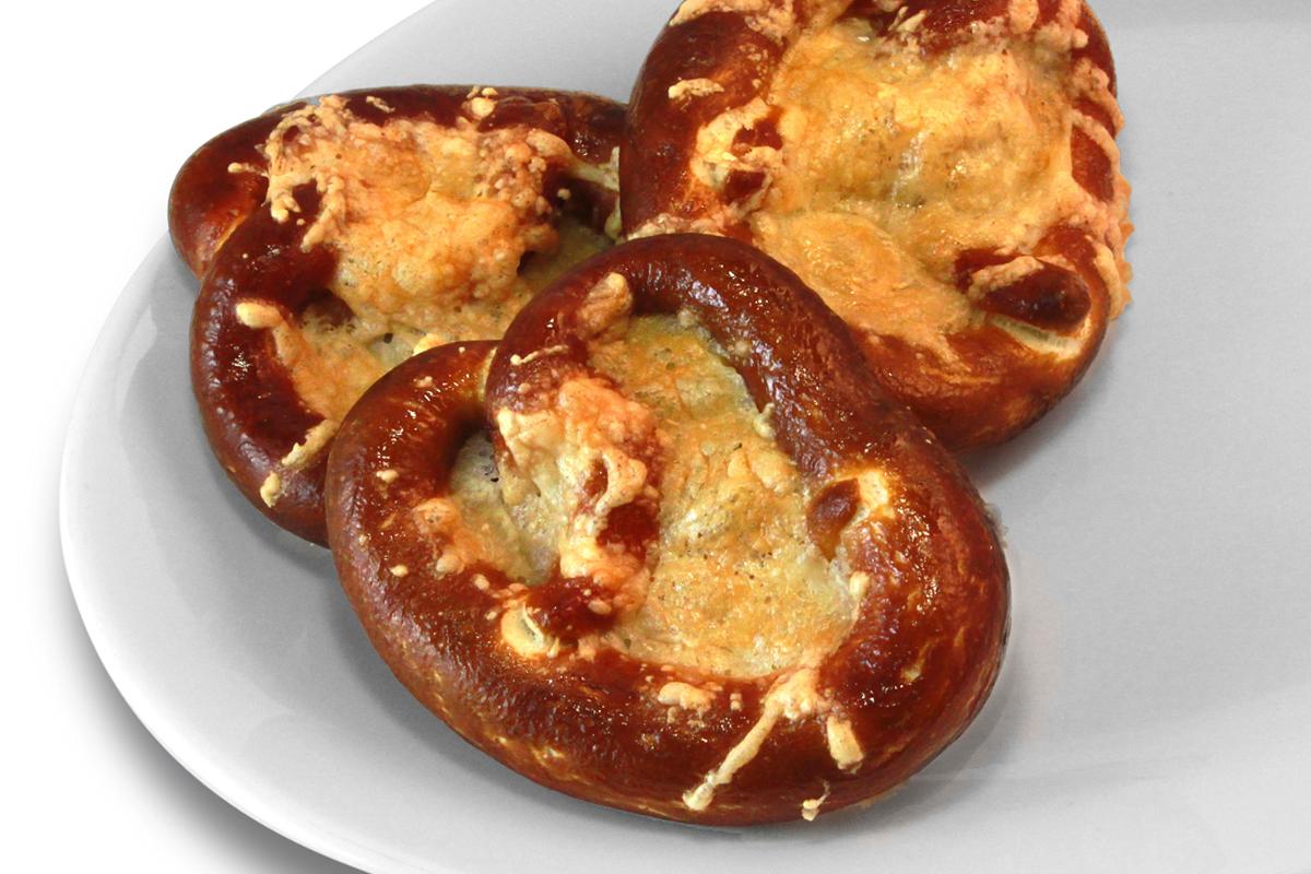 Laugengebäck mit Käse überbacken / 1,50 € p.P.